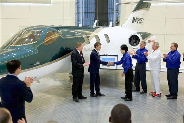 納入された「ホンダジェット」の1号機=23日、米ノースカロライナ州グリーンズボロ(ホンダ提供・共同)
