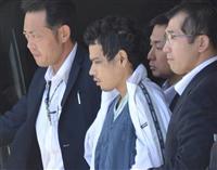 退院時、捜査員に囲まれながら車に乗り込み、埼玉県警熊谷署に移送されるナカダ・ルデナ・バイロン・ジョナタン容疑者(中央)=菅野真沙美撮影
