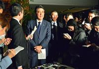 慰安婦問題の日韓合意を受け、報道陣の質問に答える安倍晋三首相=12月28日、首相官邸(斎藤良雄撮影)