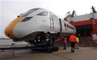 英国南部サウサンプトン港に陸揚げされる日立製作所製造の高速鉄道用車両=2015年3月12日(内藤泰朗撮影)