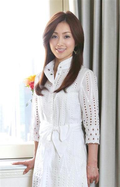 白い服を着てキリリとした笑顔の酒井法子