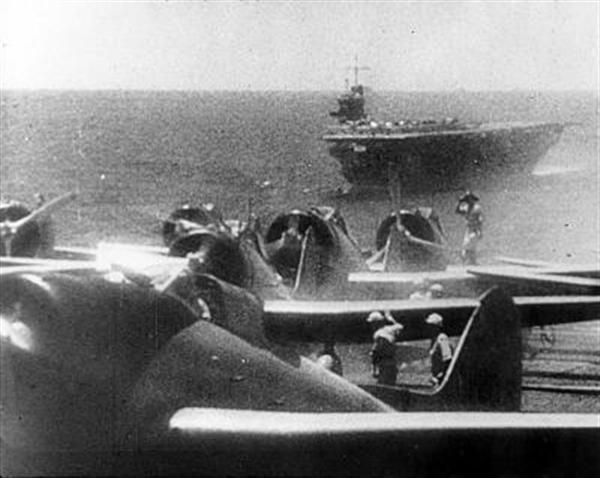 南太平洋上で作戦を展開中の瑞鶴。手前は翔鶴か