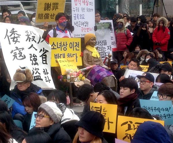 日本大使館前で慰安婦像を囲み、慰安婦問題での日韓の最終合意に抗議する元慰安婦や支持団体のメンバーら=2015年12月30日、ソウル(名村隆寛撮影)