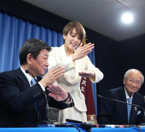 出馬会見を終え、茂木敏充選挙対策委員長(左)に手... 記事に戻る 出馬会見を終え、茂木敏充選挙