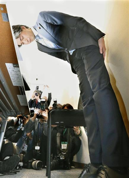 記者会見で議員辞職する意向を表明し、頭を下げる自... 【不倫・宮崎議員辞職表明】公明・井上幹事
