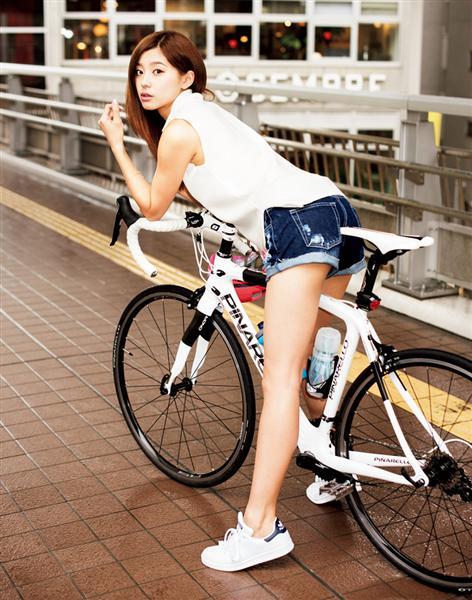 自転車に乗る朝比奈彩
