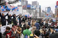安保関連法に反対し「SEALDs(シールズ)」などが開いた集会。国会議員も登壇し、参院選に向けた野党共闘への支援を求めた=3月13日午後、東京・JR新宿駅前