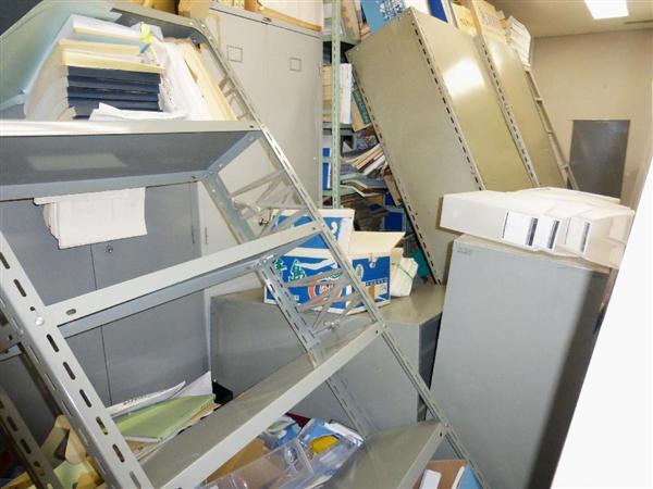 地震のため、資料が散乱した共同通信熊本支局=14日午後9時50分ごろ、熊本市
