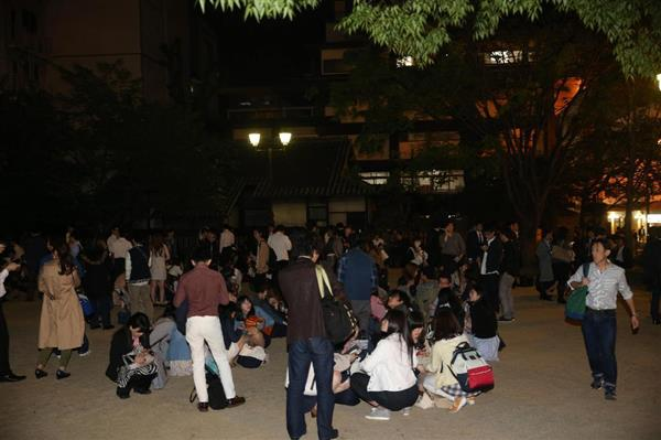公園に避難する人々=14日、熊本市・鶴屋前公園(撮影・中島信生)