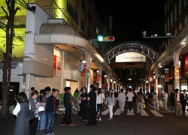 不安そうに外に店から避難する人々=14日、熊本市・鶴屋前公園(撮影・中島信生)