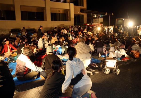 益城町役場前に避難した人々に6強の余震=14日、熊本県益城町影(中島信生撮影)