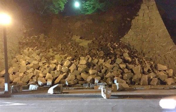 ツイッターに掲載された、地震で崩れた熊本城の石垣=14日午後9時30分ごろ、熊本市中央区