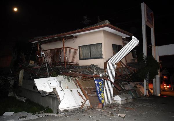 倒壊した家屋=14日、熊本県益城町影(中島信生撮影)