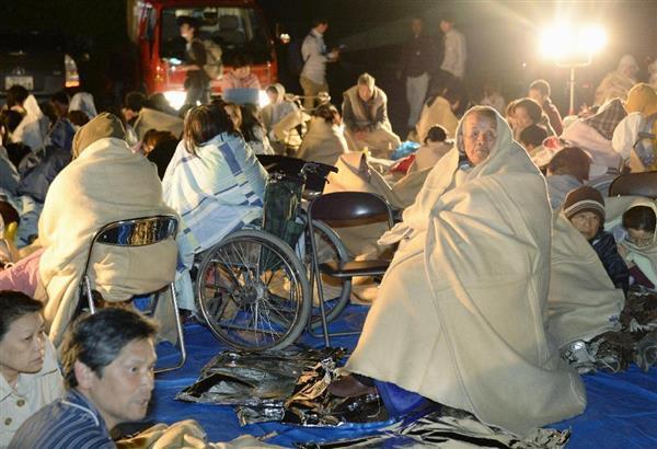【熊本震度7】熊本県益城町役場前に避難し、毛布にくるまる人たち=15日午前1時17分