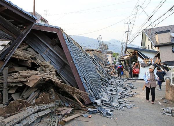 【熊本震度7】倒壊した家屋が塞いだ道路を歩く被災者ら=15日午前、熊本県益城町(桐原正道撮影)