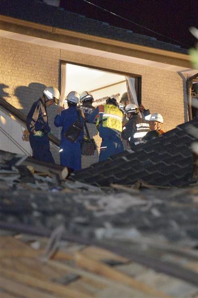 【熊本震度7】倒壊した家屋で救助活動をする消防隊員ら=15日午前1時27分、熊本県益城町