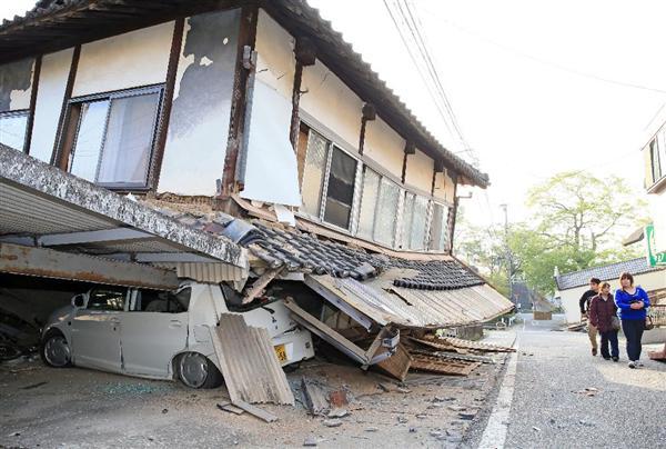 熊本地震 倒壊した家屋の下敷きになった乗用車=15日午前、熊本県益城町(桐原正道撮影)