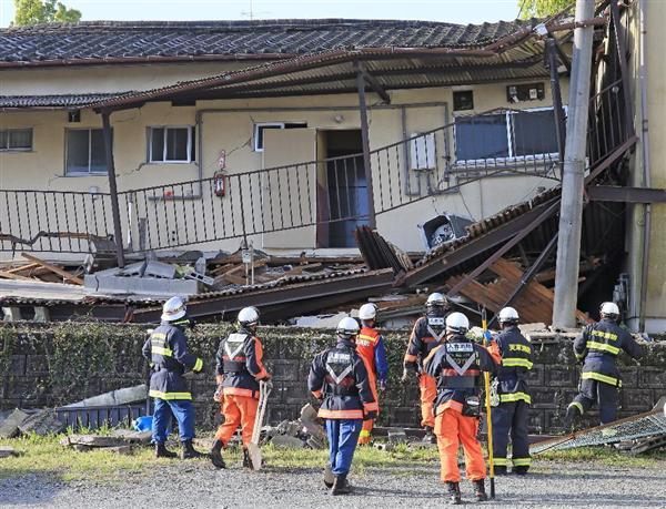 熊本地震 倒壊したアパートに入り、内部を確認する消防隊員ら=15日午前、熊本県益城町(桐原正道撮影)