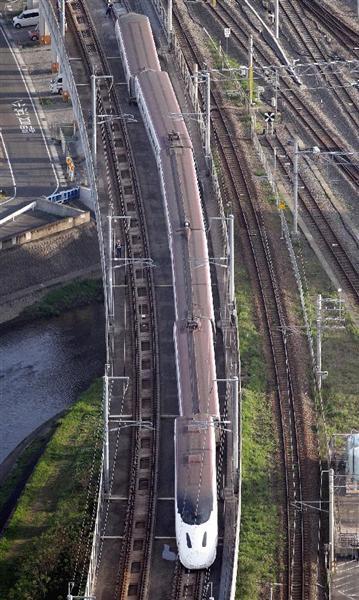 脱線した九州新幹線の回送列車。全車輪が脱線していた=15日午前7時4分、熊本市(本社ヘリから、村本聡撮影)