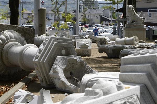 【熊本震度7】鳥居や灯籠が倒れた総領木神神社=15日午後0時6分、熊本県益城町(安元雄太撮影)