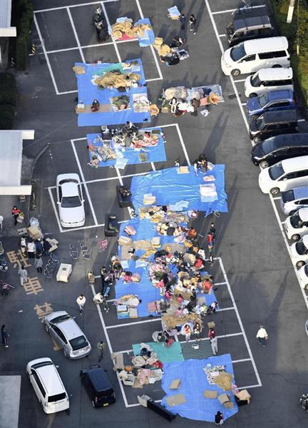 震度7の地震があった熊本県益城町で、駐車場に避難した人たち=15日午前6時51分(共同通信社ヘリから)