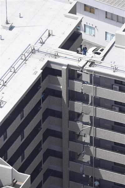 地震で亀裂が入ったマンション=15日午前11時18分、熊本市中央区(本社ヘリから)
