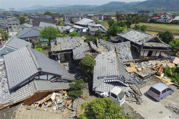 最大震度7を観測した地震で倒壊した家屋。15日も余震が断続的に続いた=熊本県益城町(小型無人機から)