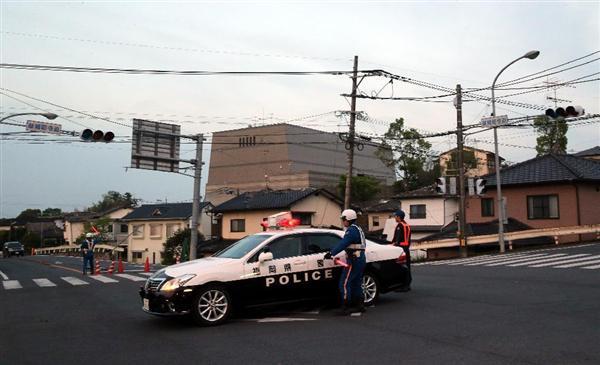 停電の続く中、交通整理する警察官=15日早朝、熊本県益城町寺迫(中島信生撮影)