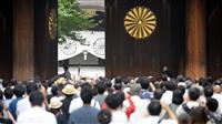 70回目の終戦の日を迎えた靖国神社。開門と同時に多くの人が参拝した=2015年8月15日午前6時、東京都千代田区(鴨川一也撮影)