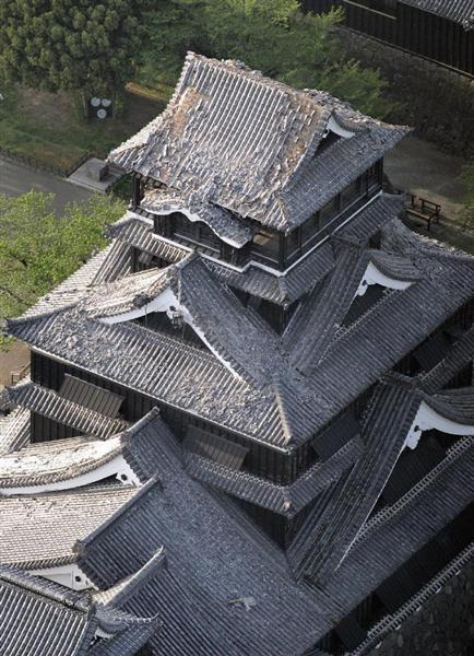 地震の影響で屋根瓦が崩れた熊本城の天守閣=15日午前7時2分、熊本市中央区(本社ヘリから、村本聡撮影)