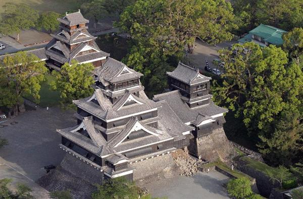 地震から一夜明け、被害を受けた熊本城=15日午前7時2分、熊本市中央区(本社ヘリから、村本聡撮影)