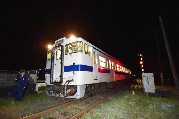 脱線した豊肥本線の列車=16日午前1時48分、熊本県阿蘇市(沢野貴信撮影)