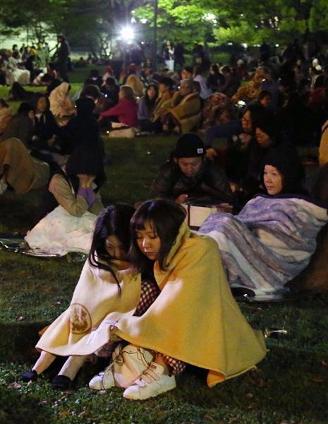 強い地震で、熊本市の白川公園に避難した住民ら=16日午前3時8分