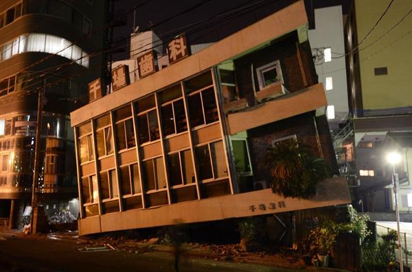 強い地震により一階部分が押しつぶされた歯科医院の建物=16日午前4時、熊本市中央区安政町
