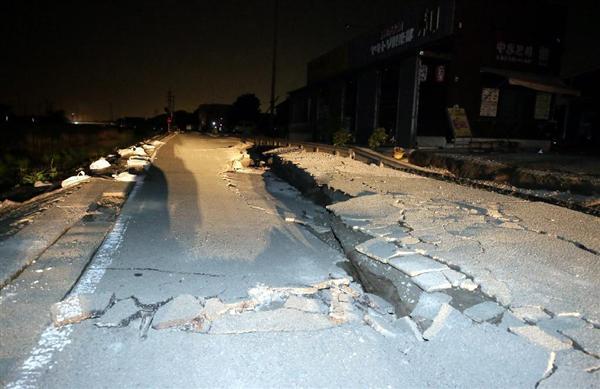 新たに大きな亀裂が走った道路=16日、熊本県益城町惣領(門井聡撮影)