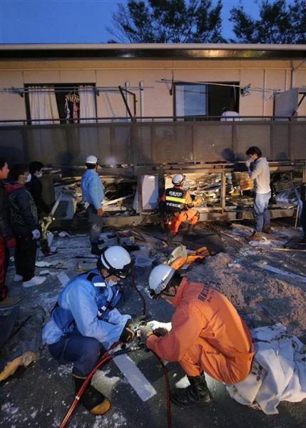 倒壊したアパートの一階から取り残された友人の救助にあたる東海大学の学生と消防隊員。学生らの救助活動は地震直後から行われた =4月16日午前、熊本県南阿蘇村(早坂洋祐撮影)