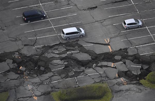 地震で崩れた駐車場=16日午前6時31分、熊本県南阿蘇村