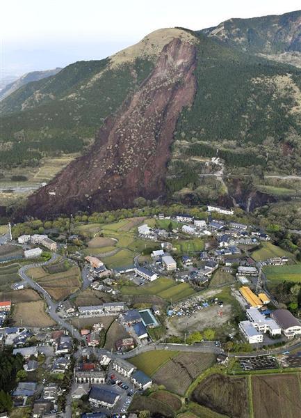 地震で土砂崩れが発生した熊本県南阿蘇村=16日午前6時43分