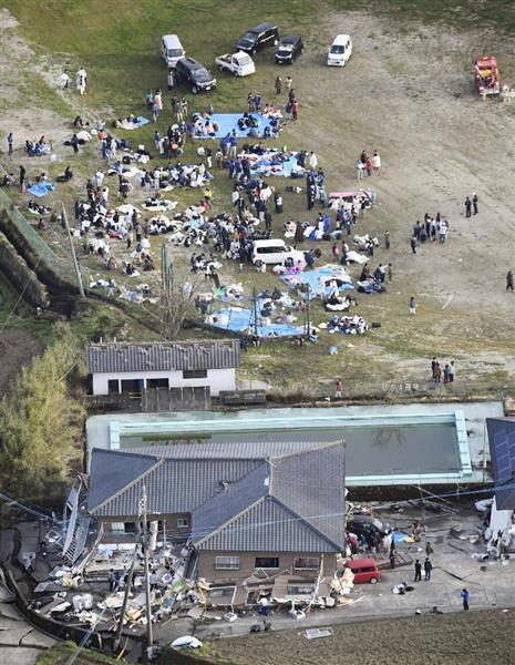 地震被害を受けた熊本県南阿蘇村で、屋外に避難した人たち=16日午前6時37分(共同通信社ヘリから)