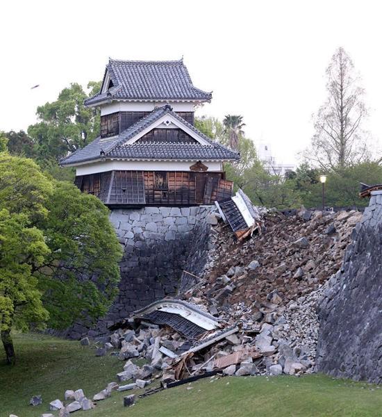地震で損傷した熊本城の戌亥櫓と石垣=熊本市(撮影・中島信生)