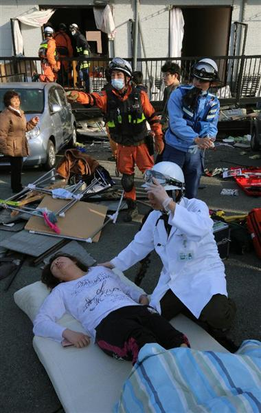倒壊したアパートの1階から救助される行き埋めとなった東海大学の学生。友人や消防隊員、自衛隊員によって次々と救助されていった=16日午前、熊本県南阿蘇村(早坂洋祐撮影)