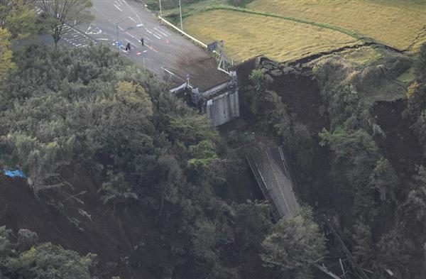 地震で崩れ落ちた橋=16日午前6時35分、熊本県南阿蘇村(共同通信社ヘリから)