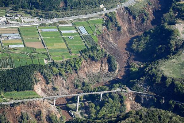 地震で起きた大規模な崖崩れ=16日午前8時50分、熊本県南阿蘇村