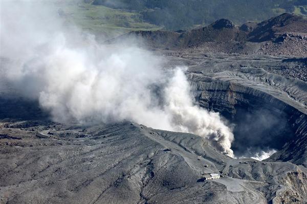 噴煙を上げる熊本県・阿蘇山の火口=16日午前8時41分