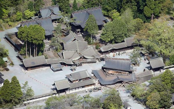重要文化財の楼門(手前)などが倒壊した阿蘇神社=16日午前、熊本県阿蘇市