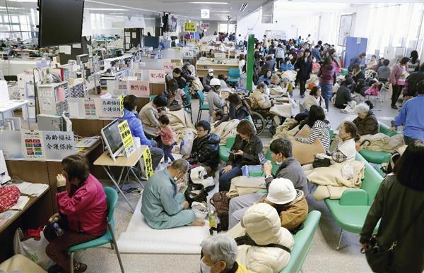 熊本市東区役所に避難した大勢の人たち=16日午前8時51分
