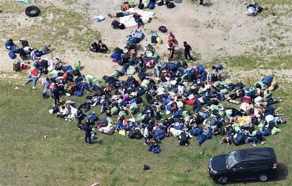 グラウンドに避難し、救助を待つたち=16日午前11時5分、熊本県南阿蘇村