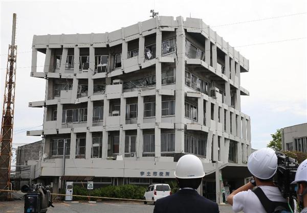 4階部分がひしゃげた宇土市役所=16日午前10時11分、熊本県宇土市(鳥越瑞絵撮影)