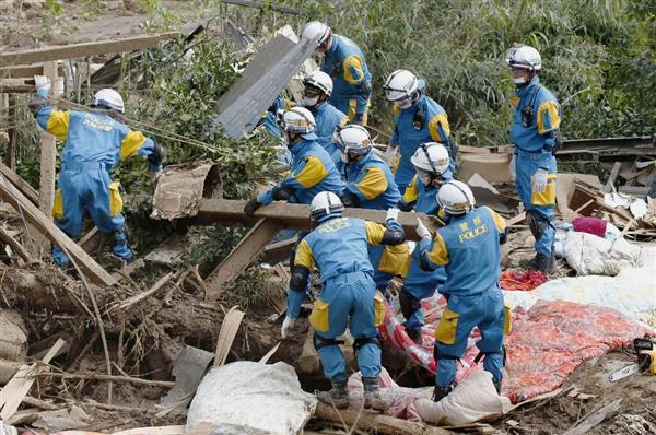 家屋が崩壊した現場で捜索活動をする大阪府警の警察官=16日午後、熊本県南阿蘇村