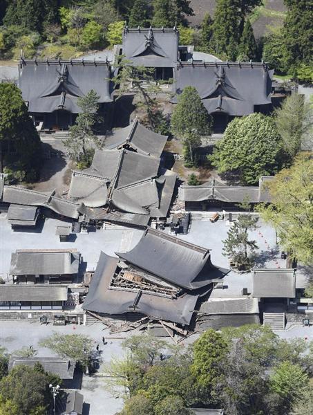 地震で損壊した阿蘇神社=16日午前11時14分、熊本県阿蘇村(共同通信社ヘリから)